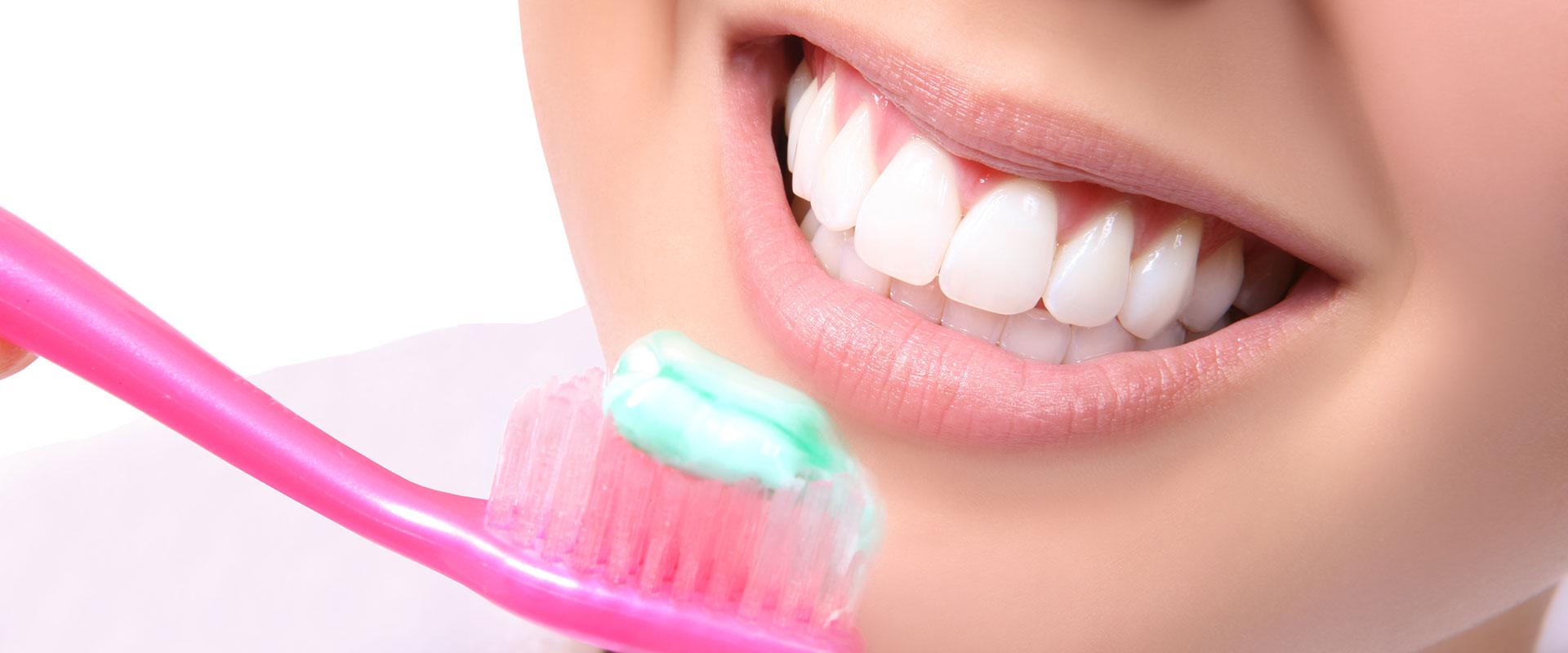 Îngrijirea dinților și gingiilor seara